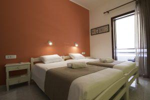 Δωμάτιο 4 κρεββάτια και μπαλκόνι