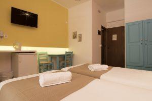Δωμάτιο 4 κρεββάτια και γραφείο
